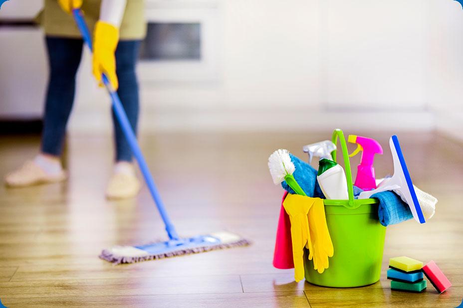 Photo d'une aide ménagère nettoyant un parquet