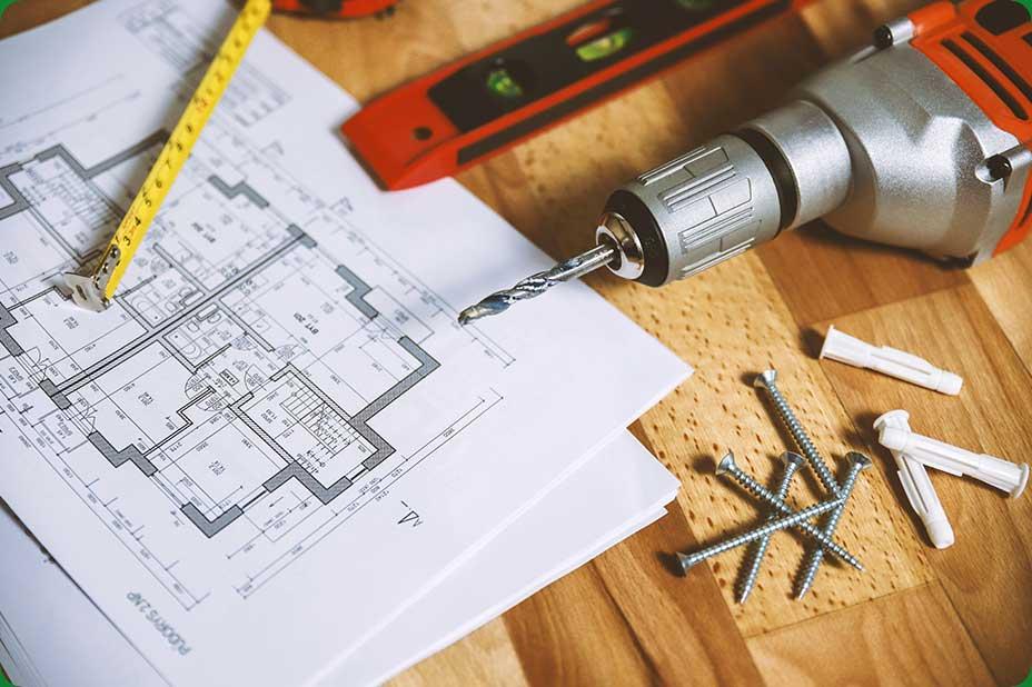 Photo de divers outils posés sur d'un plan d'aménagement de domicile